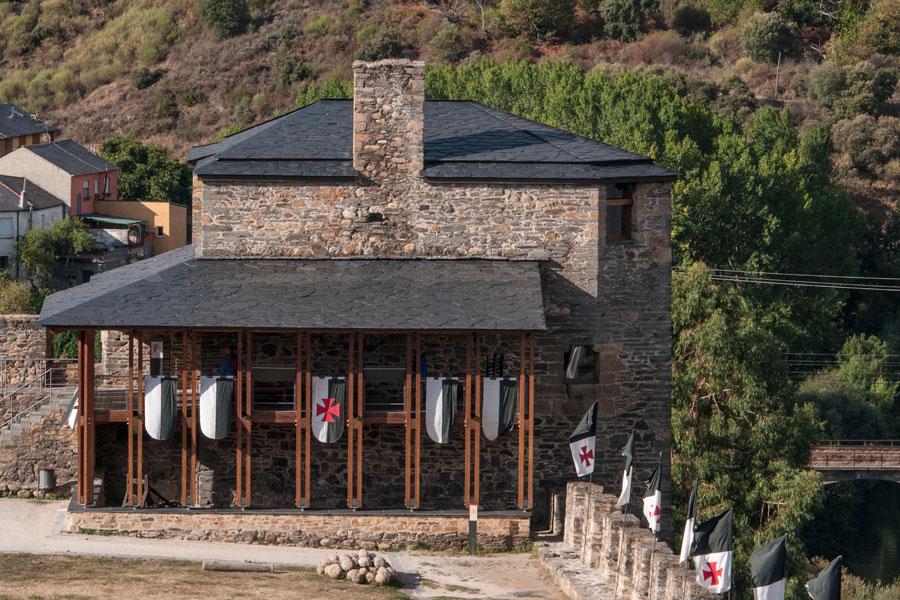 Vista general de la Torre de Moclín desde la Ronda del Sil