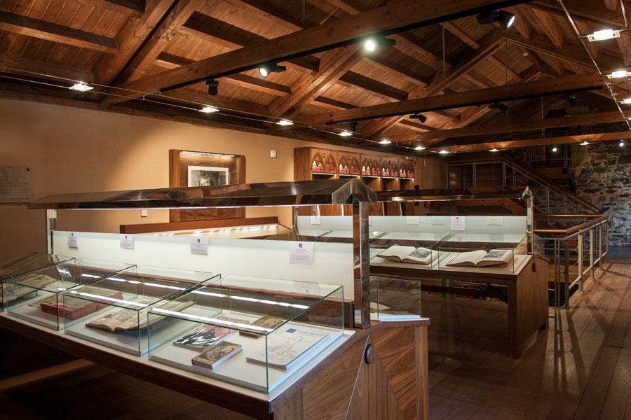 Colección libros y facsímiles en la Sala de los Azulejos