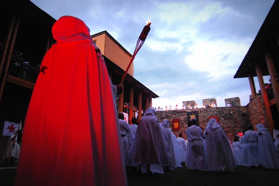 Acto de ordenación de nuevos caballeros templarios en el interior del Castillo