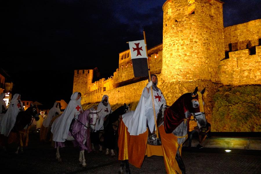 Escuderos templarios a caballo durante el Gran Desfile de la Noche Templaria