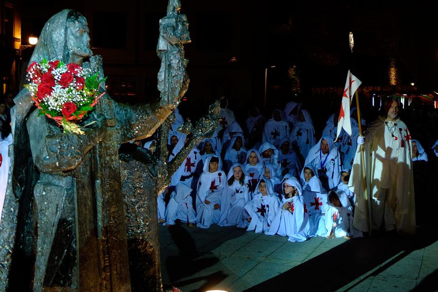 Quiebra de luna con ofrenda al Caballero Templario en la Plaza de la Encina