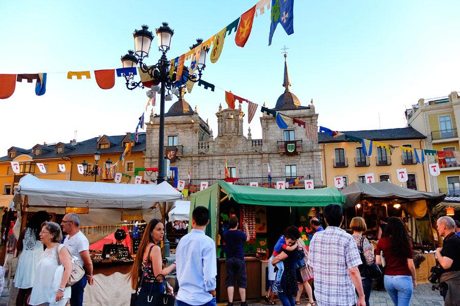 Diversos puestos se dan cita en el mercado medieval de la Plaza del Ayuntamiento
