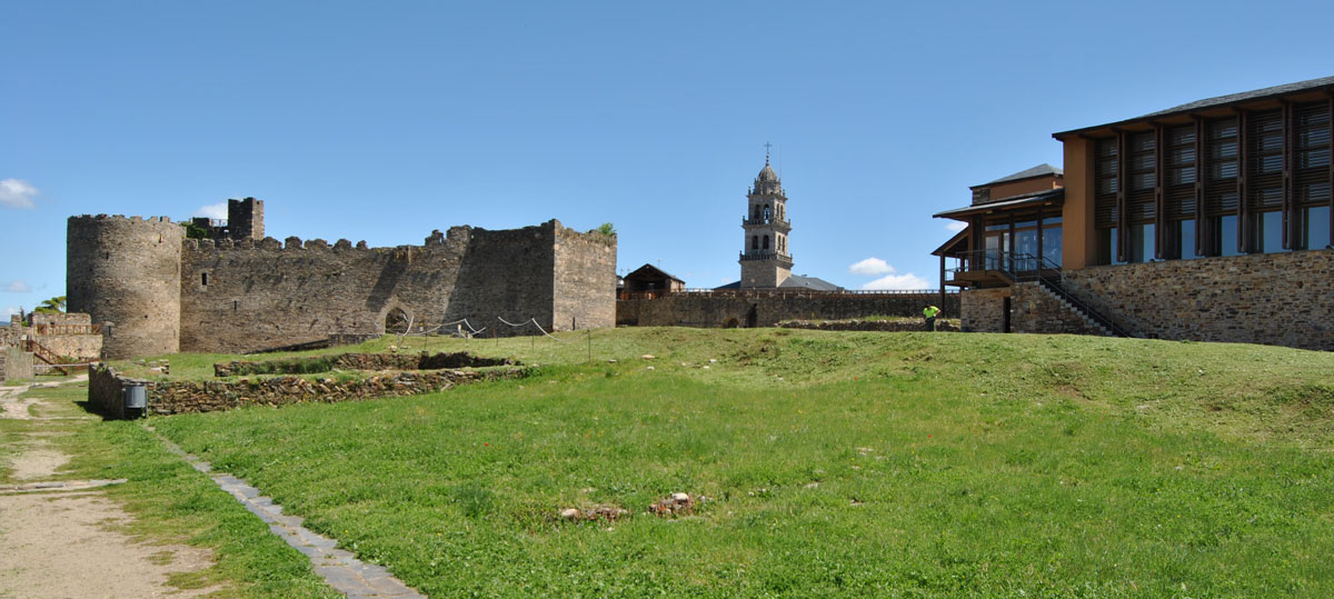 Vista general del Castillo Viejo al fondo con la torre de la Basílica de la Encina a su derecha