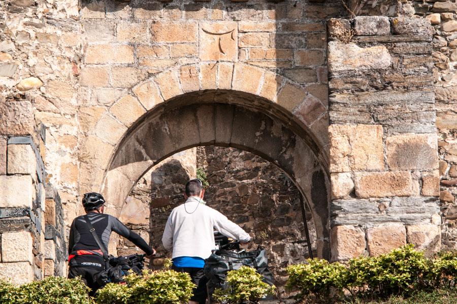 Peregrinos en la puerta de entrada al Castillo de los Templarios