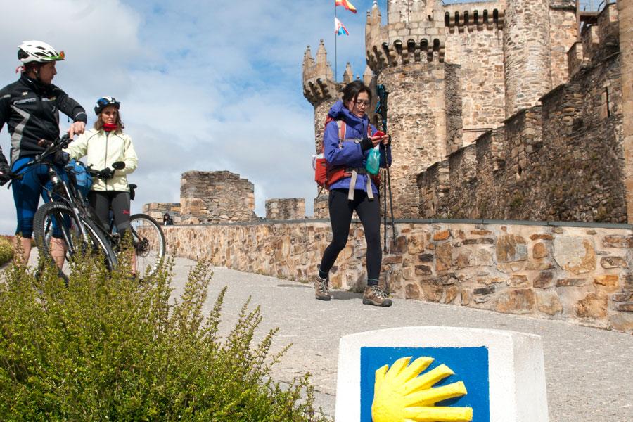 Peregrinos hacen parada en el Castillo de los Templarios