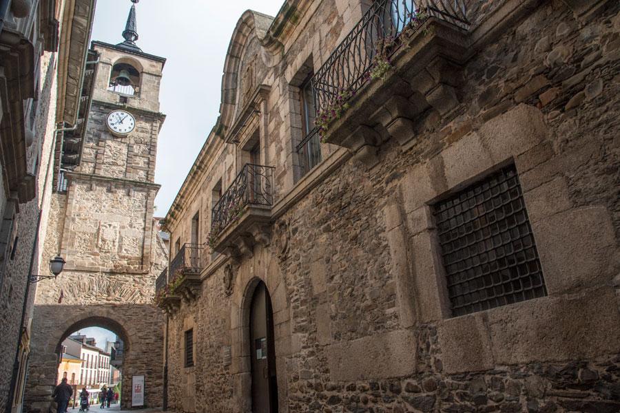 Arco del Reloj con el Museo del Bierzo a su derecha