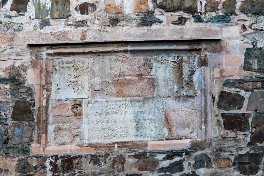 Cartela en latín en la Torre de los Caracoles