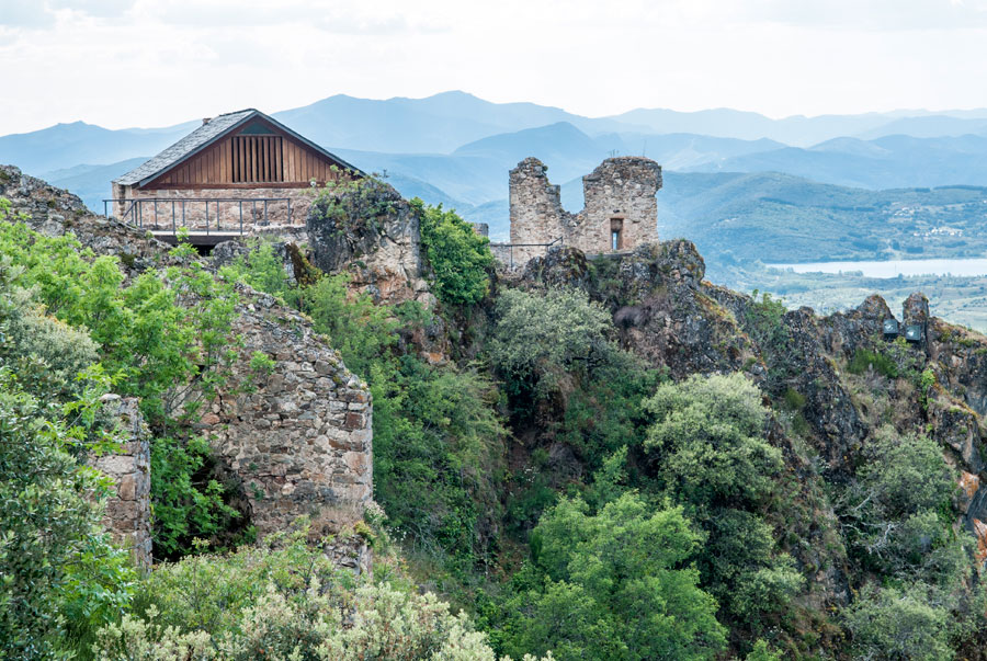 Vista general del Castillo de Cornatel