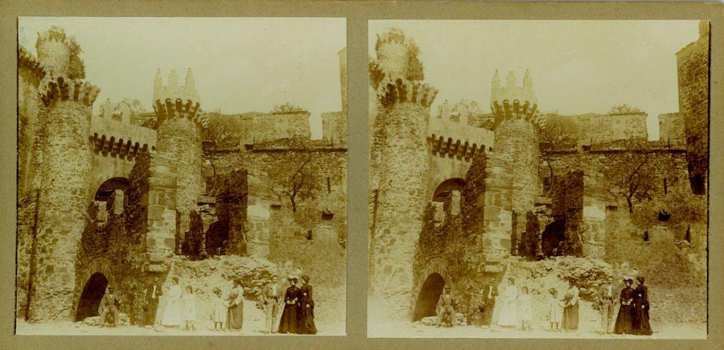 Grupo a las puertas del Castillo de Ponferrada.
